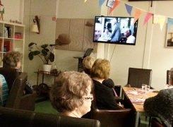 Samen kijken naar 'Het geheime dagboek van Hendrik Groen' voordat de maaltijd start